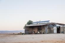 Beduin faluvégi kurta kocsma (a tornácon tűz mellett melegednek)