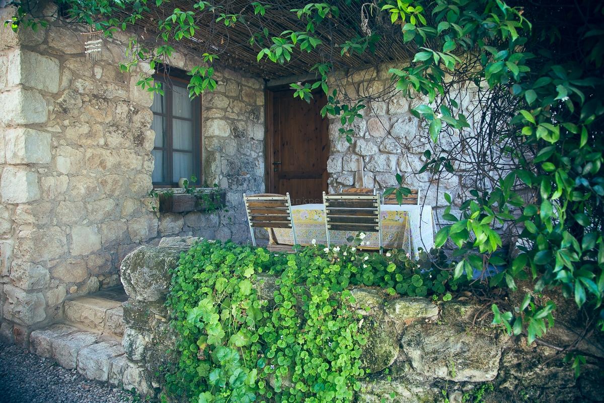 כניסה לאחד מהבתים