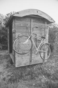 זוג אופניים על הצריף בכניסה